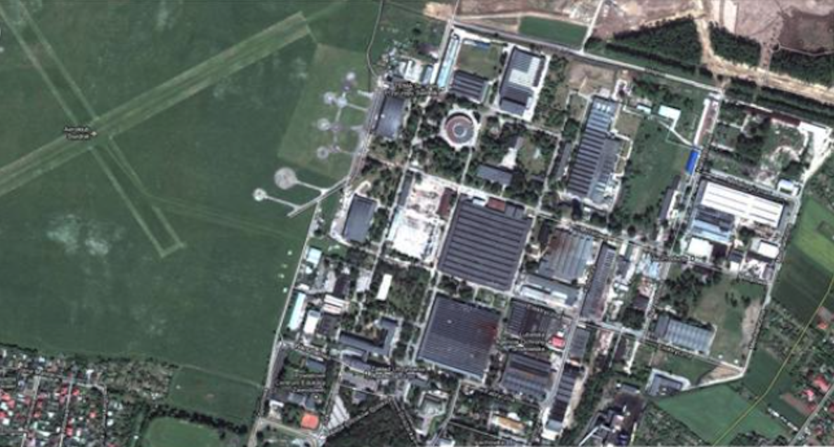 Zdjęcie Zakładu WSK PZL Świdnik z przyzakładowym lotniskiem. W górnym prawym rogu początki budowy lotniska komercyjnego. 2008 rok.