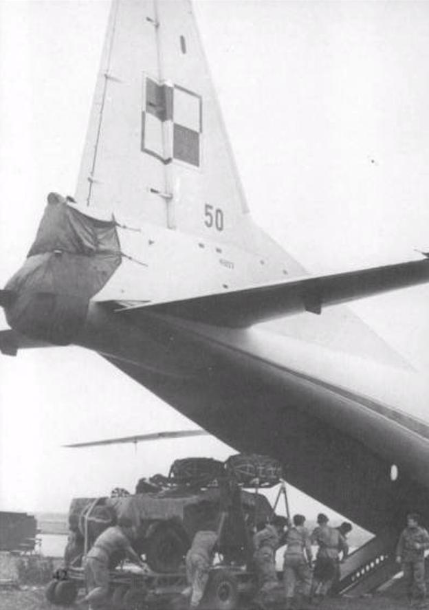 Polski An-12 nb 50. Załadunek samochodu GAZ-69 umieszczonego na platformie desantowej. 1966 rok. Zdjęcie LAC