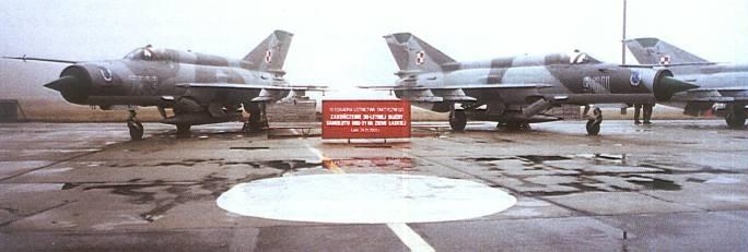 Pożegnanie myśliwców MiG-21 w 10 ELT. Na pierwszym planie MiG-21 nb 7809, 9011. Lotnisko Łask. 24.01.2003r.