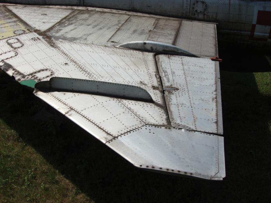 Lewe skrzydło MiG-21 F-13 nb 809. Czyżyny 2007 rok. Zdjęcie Karol Placha Hetman