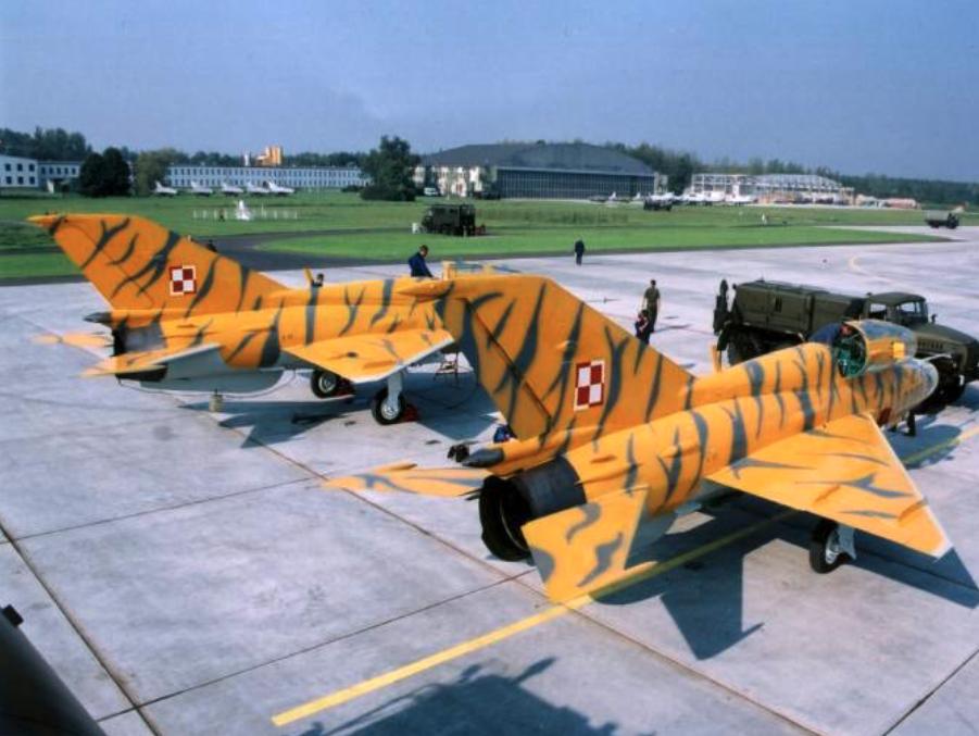 MiG-21 UM nb 9308, 9292 Krzesiny 2002 rok. Zdjęcie 3 ELT Krzesiny