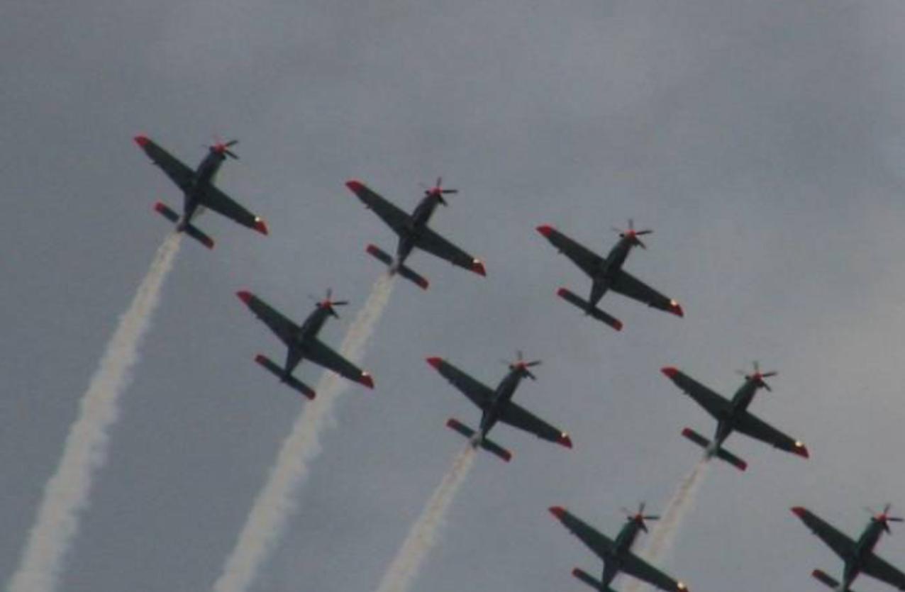 Zespół Orlik samoloty PZL-130 Orlik. Radom 2005 rok.Zdjęcie Karol Placha Hetman