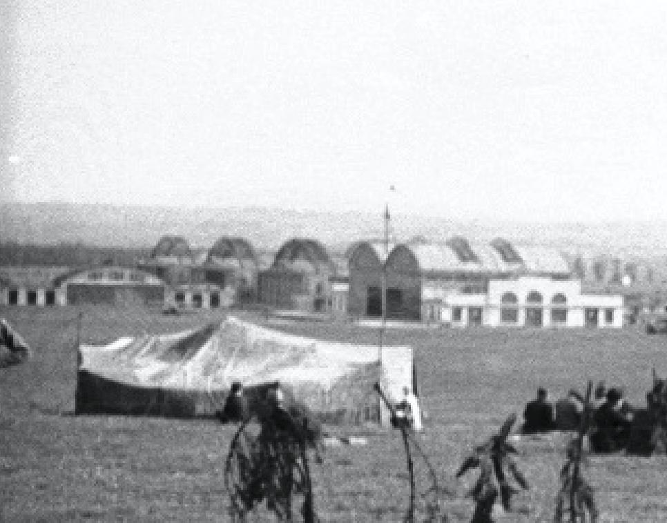 Lotnisko Rakowice. Z lewej strony hangar stacji lotniczej. Kolejno trzy hangary Stelli-Sawickiego i hangary Obmińskiego. Widok od strony północnej od Aeroklubu Krakowskiego i Portu Lotniczego. Zdjęcie LAC