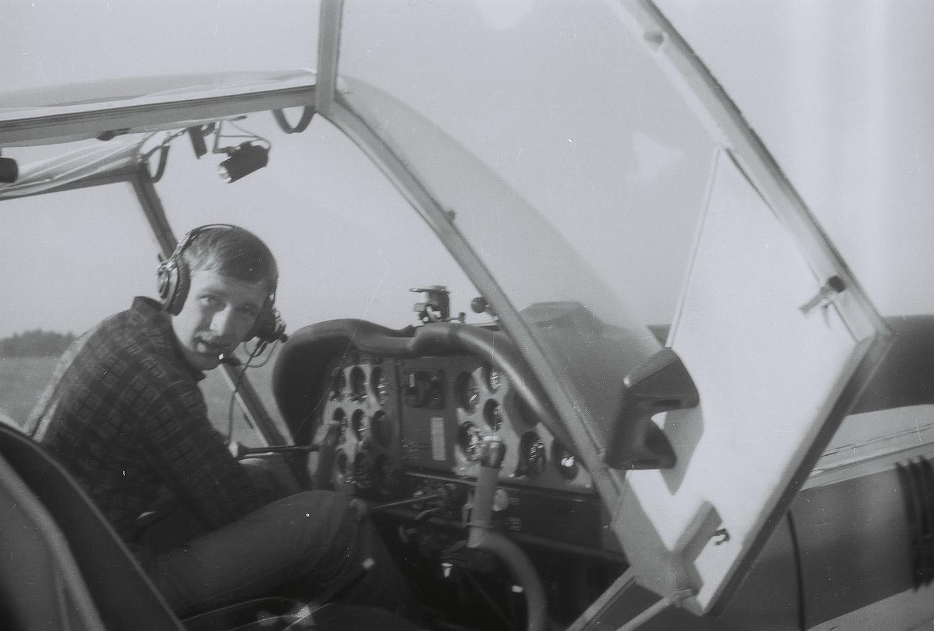 Bogdan Kozłowski w kabinie samolotu Zlin-42. 1981 rok. Zdjęcie zbiory prywatne Bogdan Kozłowski