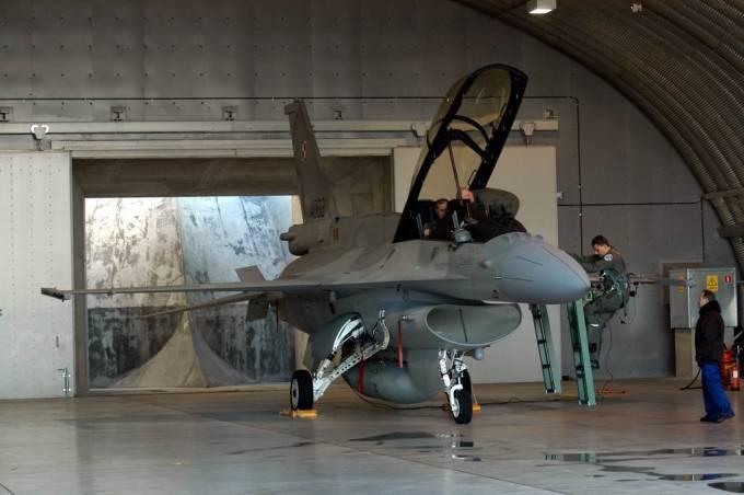 F-16 D nb 4082 w schronohangarze typu ciężkiego. 2007r.
