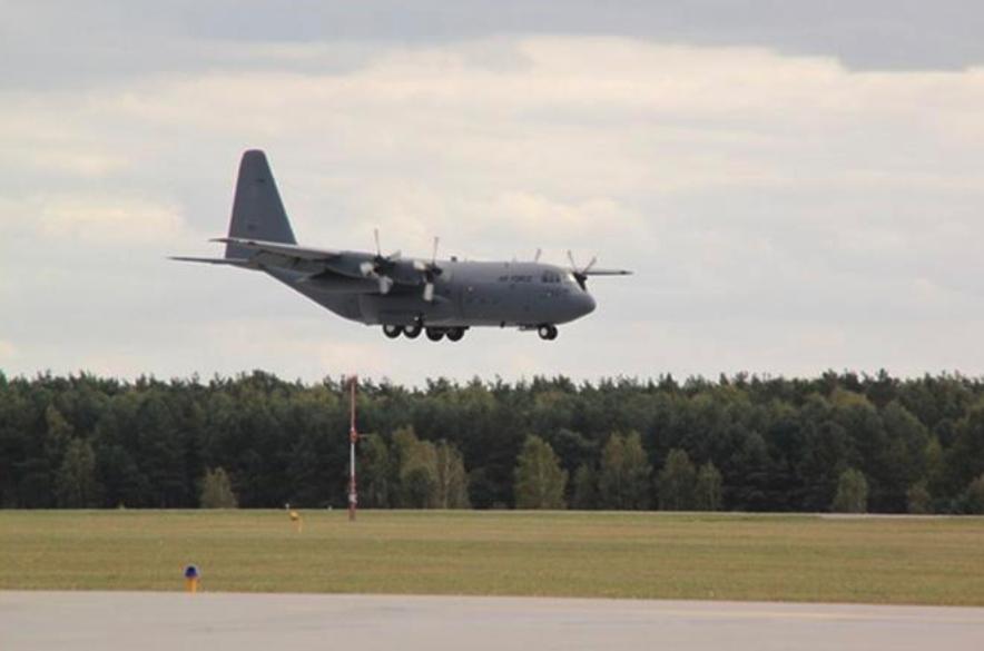 Przylot C-130 nb 1504. Lotnisko Powidz. 2011-11-16 rok. Zdjęcie 33. BLTr, Grzegorz Schmidt
