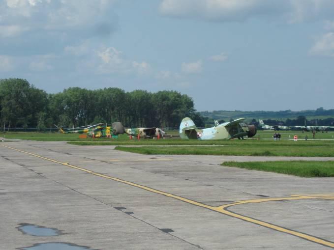Mi-8 i M-28 Bryza nb 0212 to sprzęt intensywnie eksploatowany w 13 ELTr. An-2 i An-26 swoje już odsłużyły. Balice 2009r.