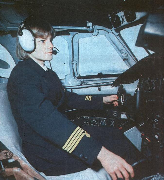 An-24 i pierwsza kobieta kapitan statku pasażerskiego w PLL LOT pani Adela Szarzec. 1988 rok. Zdjęcie LAC