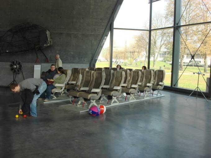 Skrzydło wschodnie. Fragment części edukacyjnej. Kogo nie stać na podróż samolotem, może posiedzieć sobie w prawdziwym fotelu lotniczym. 2010r.
