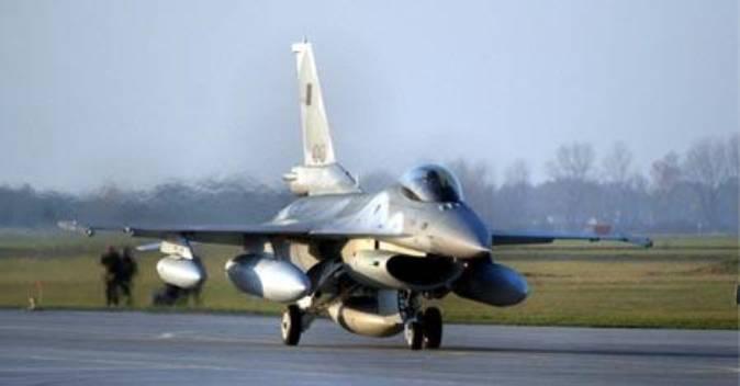 PL F-16 C nr 4043 ląduje w Krzesinach. 8.11.2006r.