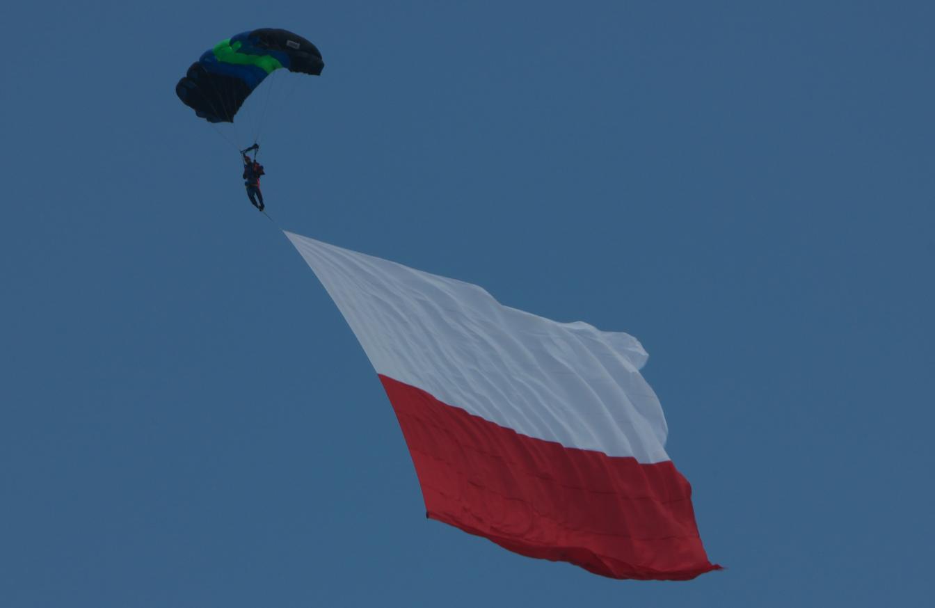 Skoczek spadochronowy z Polską flagą. Babie Doły 2019 rok. Zdjęcie Waldemar Kiebzak