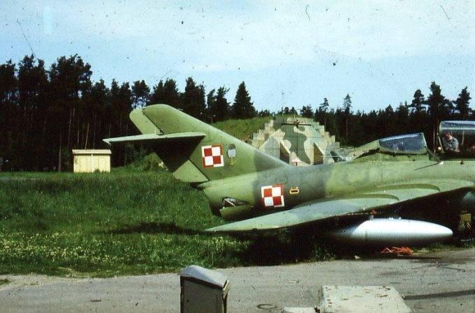 Samolot Lim-2 A należący do 15 Samodzielnej Eskadry Rozpoznawczej MW. Na usterzeniu pionowym godło Eskadry – Puchacz na kotwicy. Widoczny także schronohangar. 1983r.
