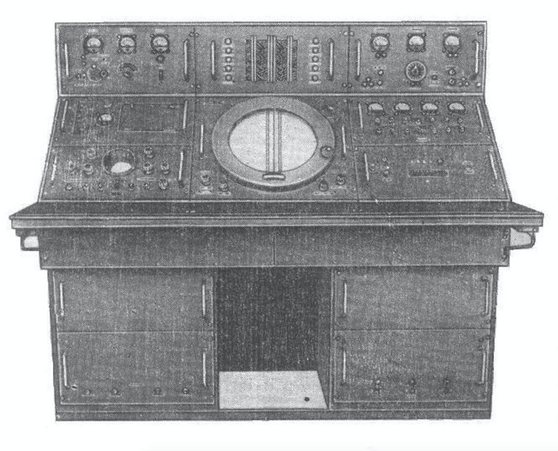 Pulpit radionamiernika ARP-4. Zródło: Awtomaticzeskie ukw radiopelengatory ARP-4, ARP-5, ARP-1. Opisanie i instrukcja po ekspluatacji