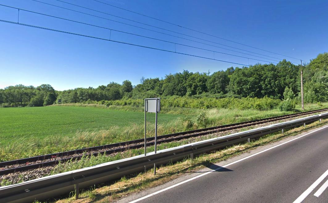 Linia kolejowa nr 402 i droga krajowa nr 11 na wysokości Bazy w Bagiczu. 2013 rok. Zdjęcie LAC