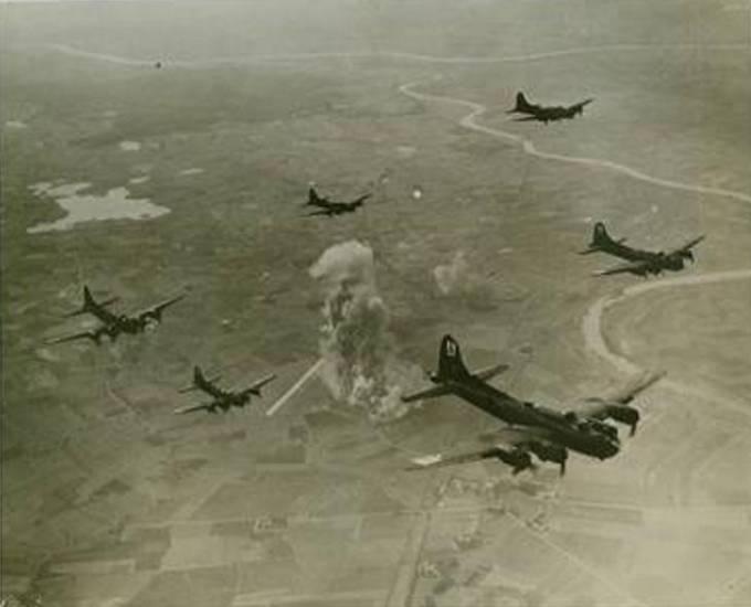 Nalot na fabrykę samolotów bojowych. Na zdjęciu dobrze widoczna wstęga Nogatu, u góry wstęga Wisły, po lewej Jezioro Dąbrówka, u dołu Miejscowość Królewo oraz droga i tory kolejowe biegnące z Malborka do Elbląga, w centrum dym i kurz po eksplozjach bomb oraz betonowa DS. Samoloty B-17 odlatują nad Morze Bałtyckie. 9.10.1943r.