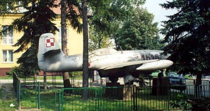 Samolot myśliwski Jak-23 nb 1616. Numer jest numerem byłej jednostki wojskowej w Balicach. Kraków – Bielany 2002r.