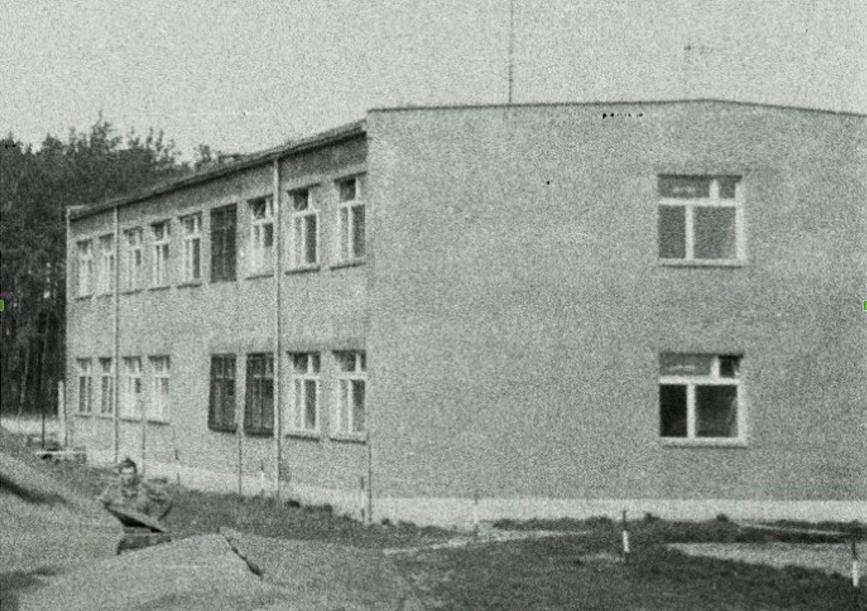 Koszarowiec na Lotnisku Kąkolewo. 1974 rok. Zdjęcie Wojciech Zieliński