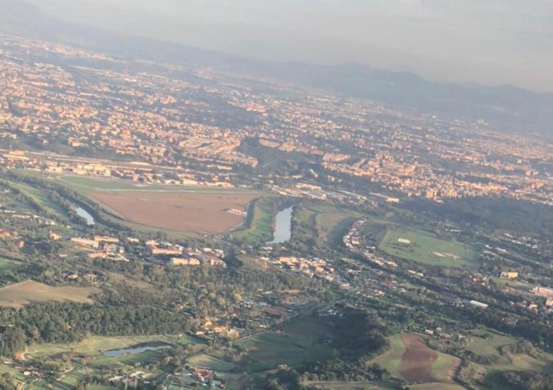 Nad Italią. W zakolu Tybru widoczne jest lotnisko. 2019 rok. Zdjęcie Karol Placha Hetman