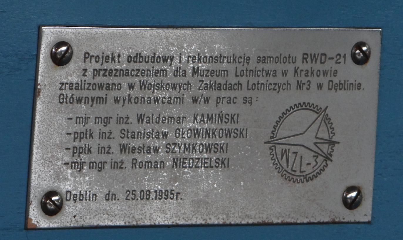 Tabliczka upamiętniająca odbudowę i rekonstrukcję samolotu RWD-21 w 1995 roku.RWD-21 SP-BPE. 2018 rok. Zdjęcie Karol Placha Hetman