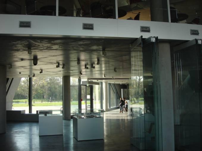 Główne wejście do budynku od wewnątrz. 2010r.