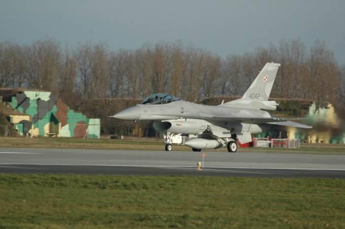 F-16 C nb 4042 na tle starych schronohangarów. 2007r.