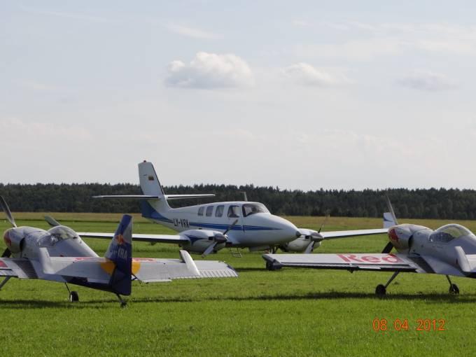 Prototyp litewskiego dyspozycyjnego samolotu i samoloty grupy The Flying Bulls na Lotnisku Wilamowo. 2012r.