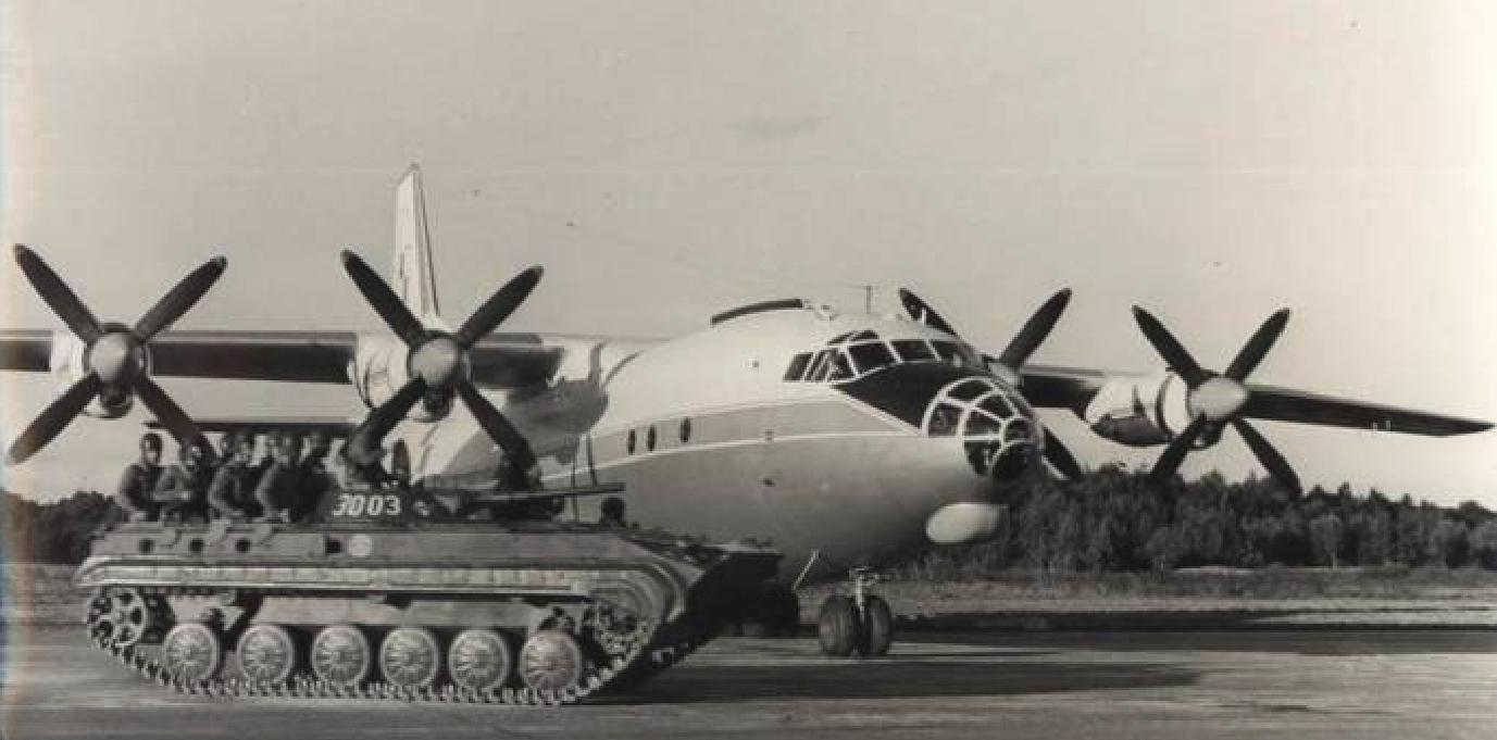 Polski samolot An-12 podczas ćwiczeń Jesień. 1966 rok. Zdjęcie LAC
