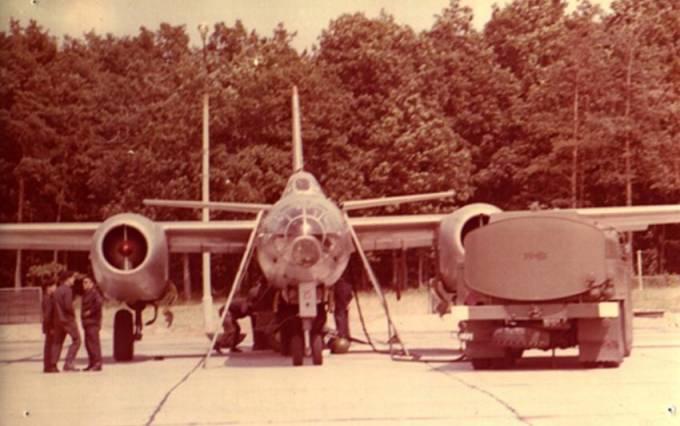 Ił-28 na Lotnisku Siemirowice. Przy samolocie mechanicy i autocysterna z paliwem ( samochód marki Jelcz ). 1975r.