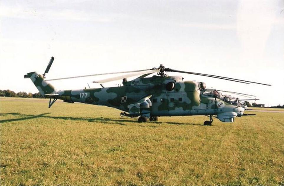 Mi-24 nb 177 remontowany na Lotnisku Mierzęcice. Koniec 80-tych lat XX wieku. Zdjęcie LAC