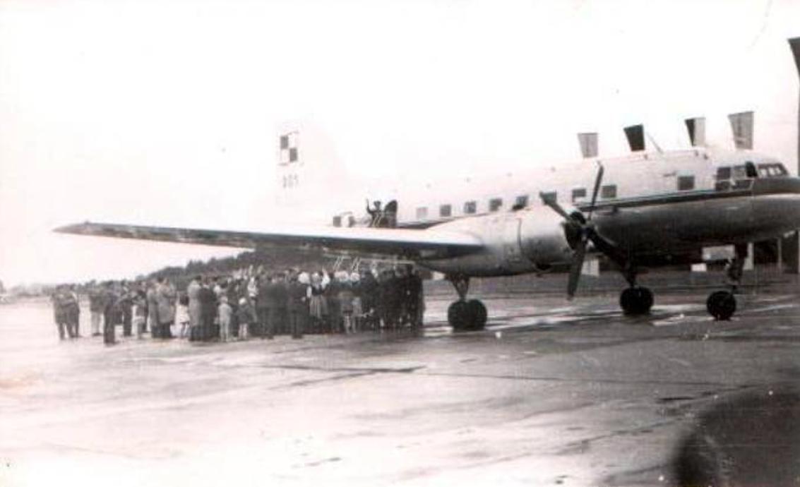 Jurij Gagarin w drzwiach rządowego Ił-14 nb 001 należącego do 36 SPLT z Okęcia, na płycie postojowej Lotniska Babimost w dniu 21.07.1961r. Zdjęcie LAC