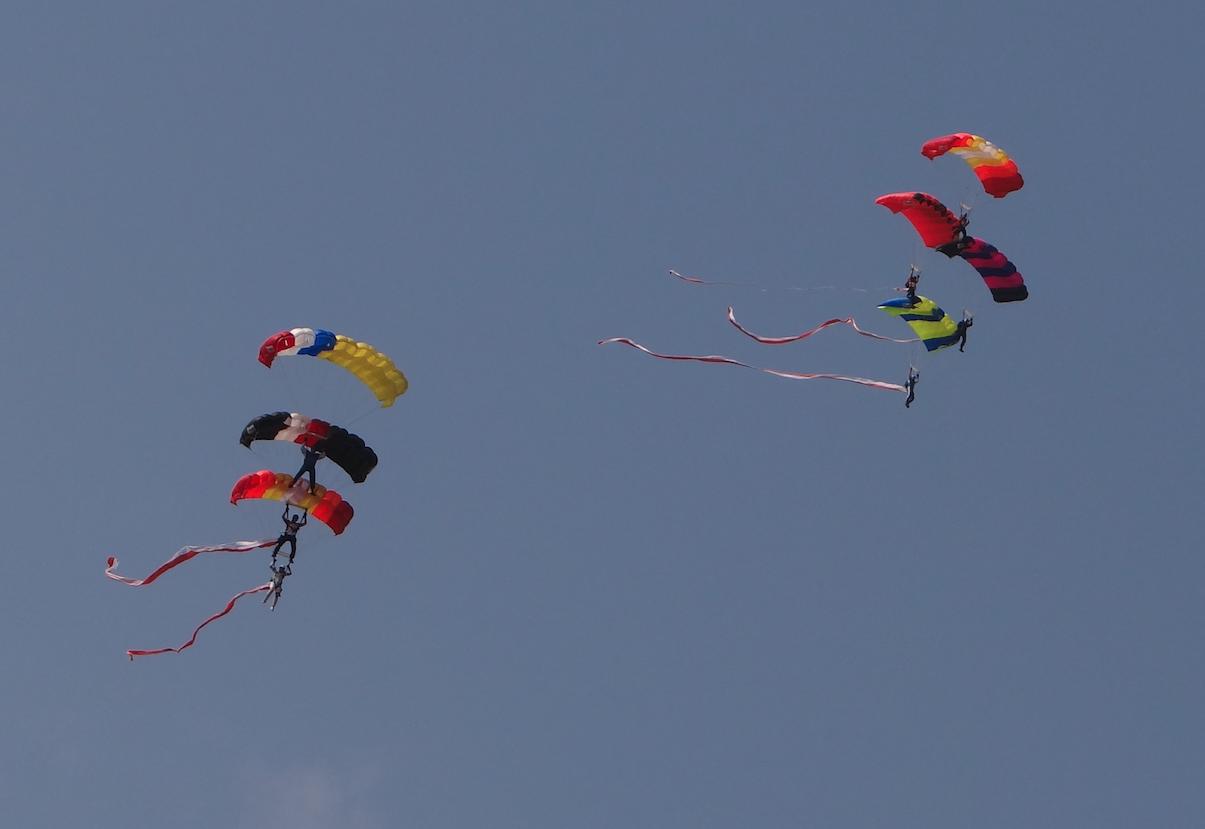The parachute jumpers. Rzeszów 2019. Photo by Karol Placha Hetman