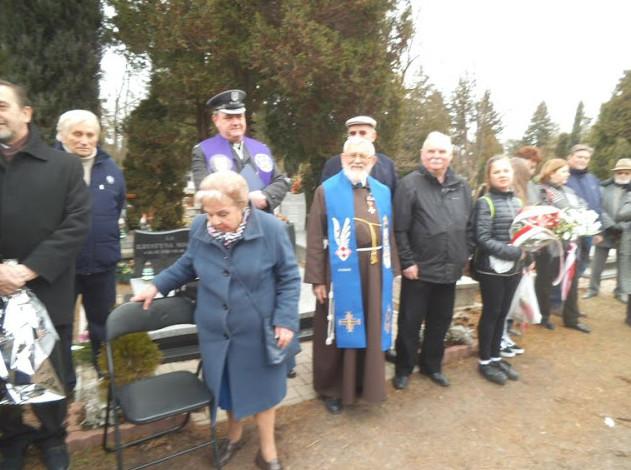 Na zdjęciu widoczni Tadeusz Dobrociński, siostrzenica płk Orlińskiego, kapelan wojsk lotniczych, ojciec Dominik Orczykowski i Jan Mikołajczyk