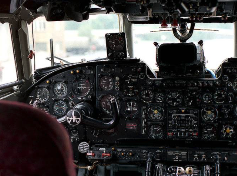 Kabina pilotów samolotu An-24 W. Zdjęcie LAC