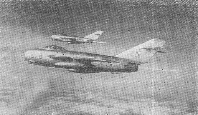 WSK Lim-5 nb 1328 w locie parą na dopalaczach. Lata 60-te.