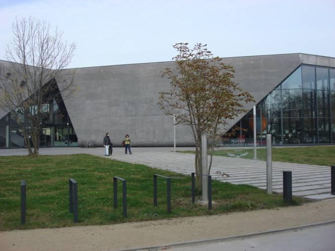Proszę na zdjęciu odszukać tablicę Muzeum. 2010r.