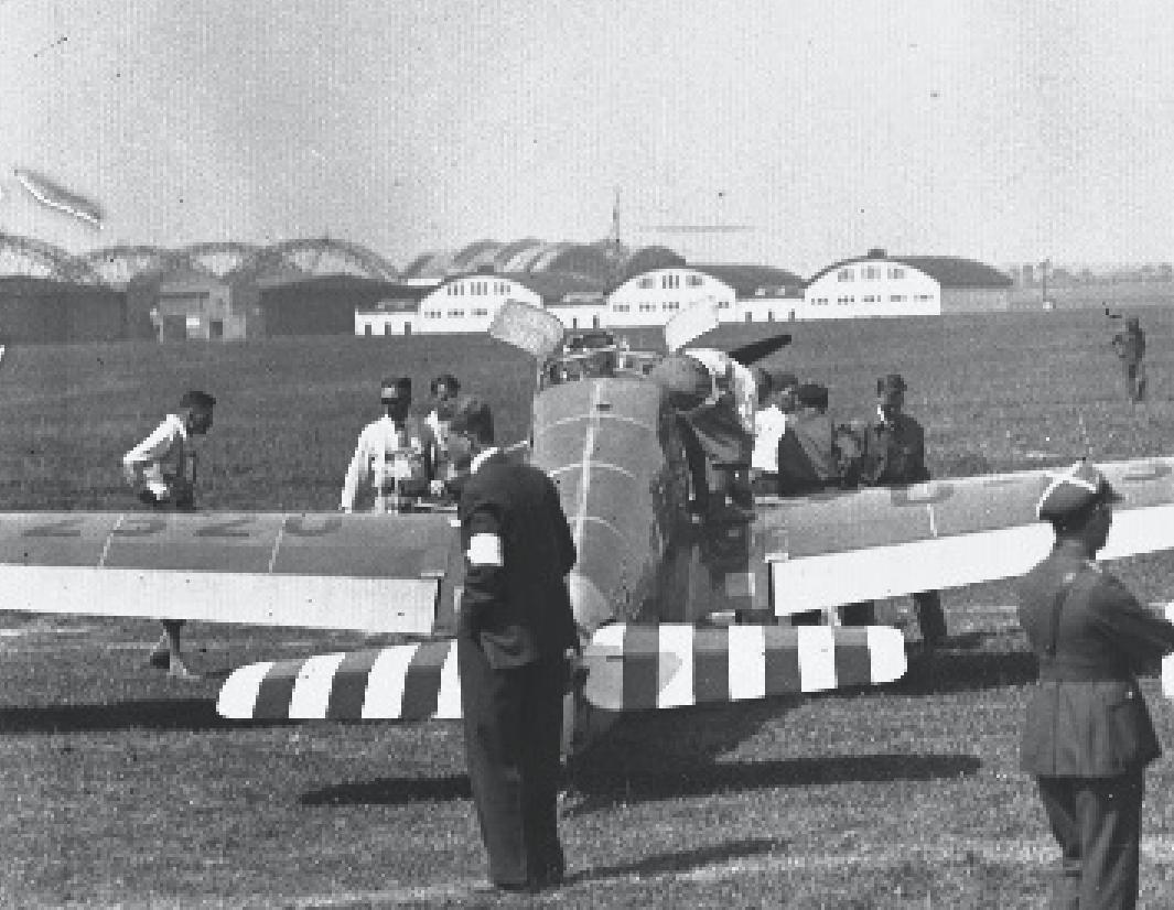 Lotnisko Rakowice. Od lewej hangary Stelli-Sawickiego i hangary stacji lotniczej. Jeden już jest rozebrany. Zdjęcie LAC