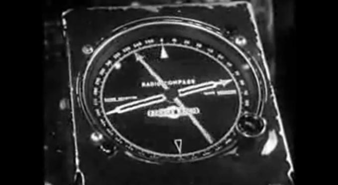 Wskaźnik LFB na pokładzie Lockheed Constellation tuż przed radiolatarnią. Wskazówka szersza przemieszcza się po prawej stronie w dół. Wskazówka wąska przemieszcza się po lewej stronie w dół.
