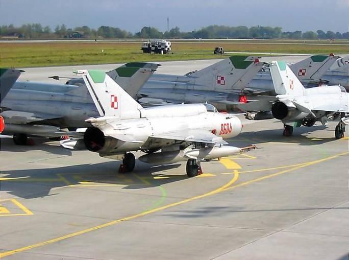 Koniec służby myśliwców MiG-21 w # ELT na Lotnisku Krzesiny. W tle wóz KL. 2004r.