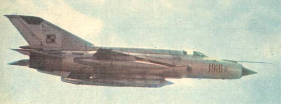 MiG-21 R nb 1916 nr z zasobnikiem Typu D. Około 1980 roku. Zdjęcie LAC