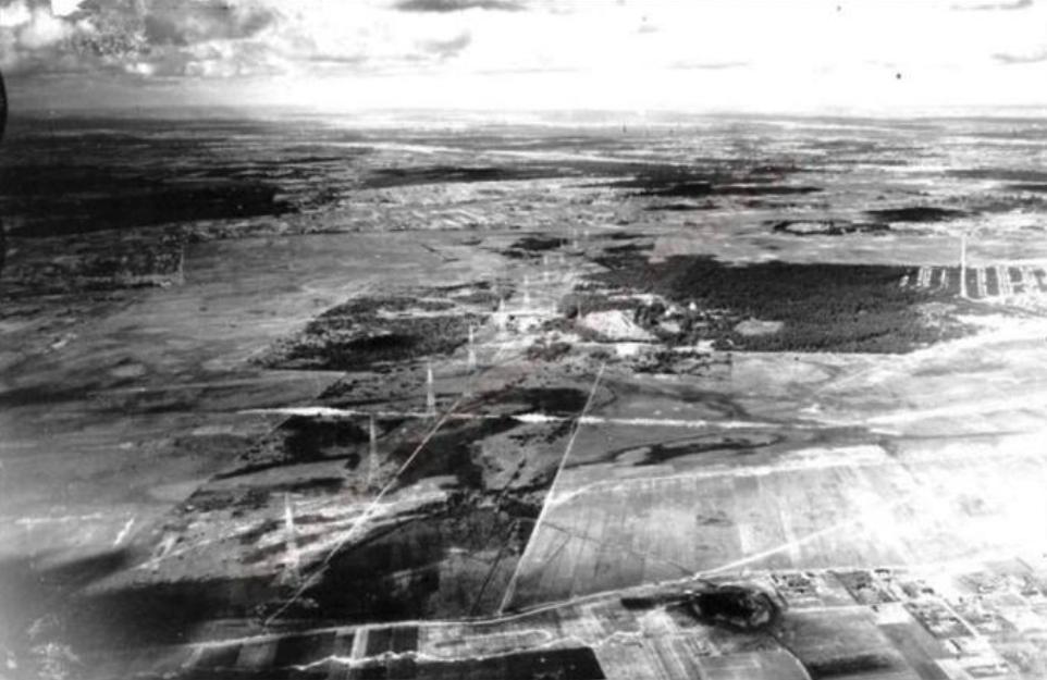 Radiostacja widoczna z powietrza. 1935 rok. Zdjęcie LAC