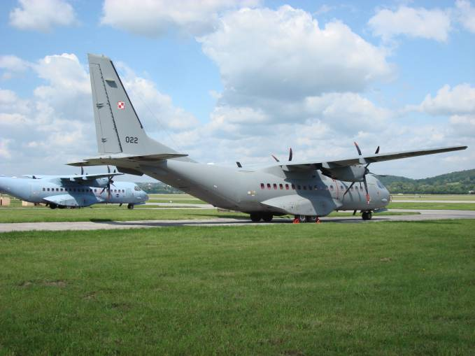 C-295 M nb 022. Dwunasty samolot tego typu dostarczony Polsce. W głębi nb 013. Proszę zobaczyć inny kolor malowania ostatnich maszyn. Balice 2009r.