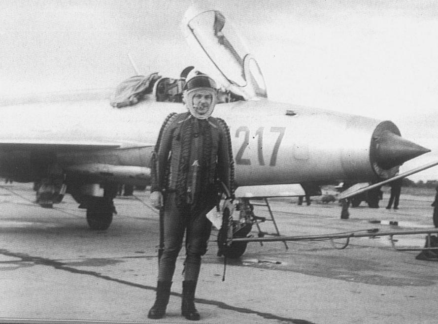 Dowódca Lotnictwa Operacyjnego generał brygady pilot Jan Raczkowski na tle samolotu MiG-21 F-13 nr 741217. Na uwagę zasługuje ubiór pilota - wysokościowy, kompensacyjny ze szczelnym hełmem. Modlin prawdopodobnie 1964 rok. Zdjęcie LAC
