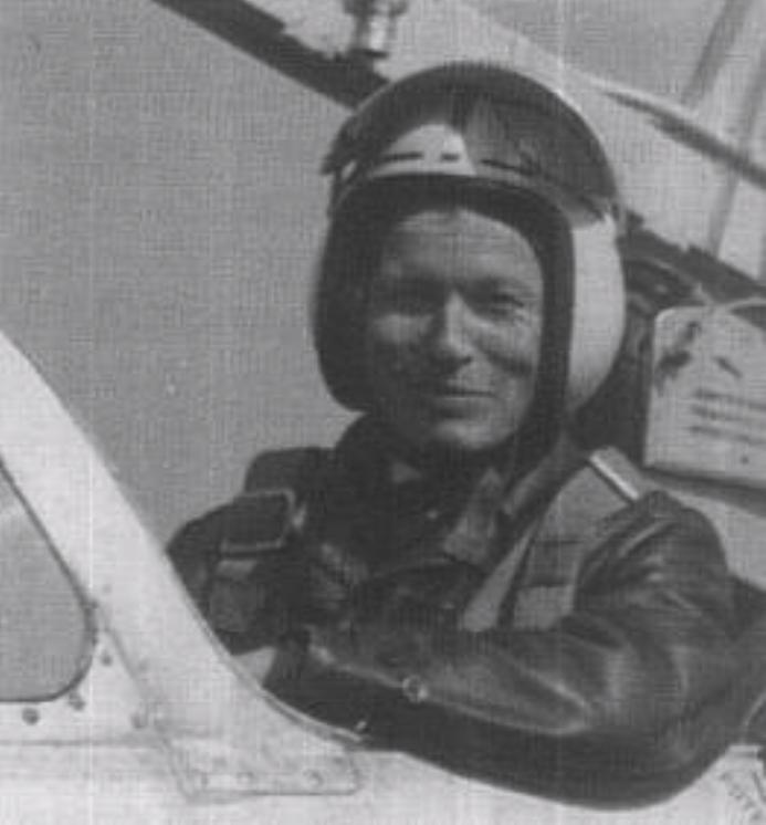 Pilot Ludwik Natkaniec w kabinie TS-11. Zdjęcie LAC