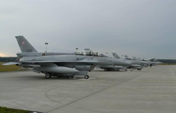 PPS a na niej F-16 Jastrząb. Pierwszy F-16 D nb 4086. 2009r.