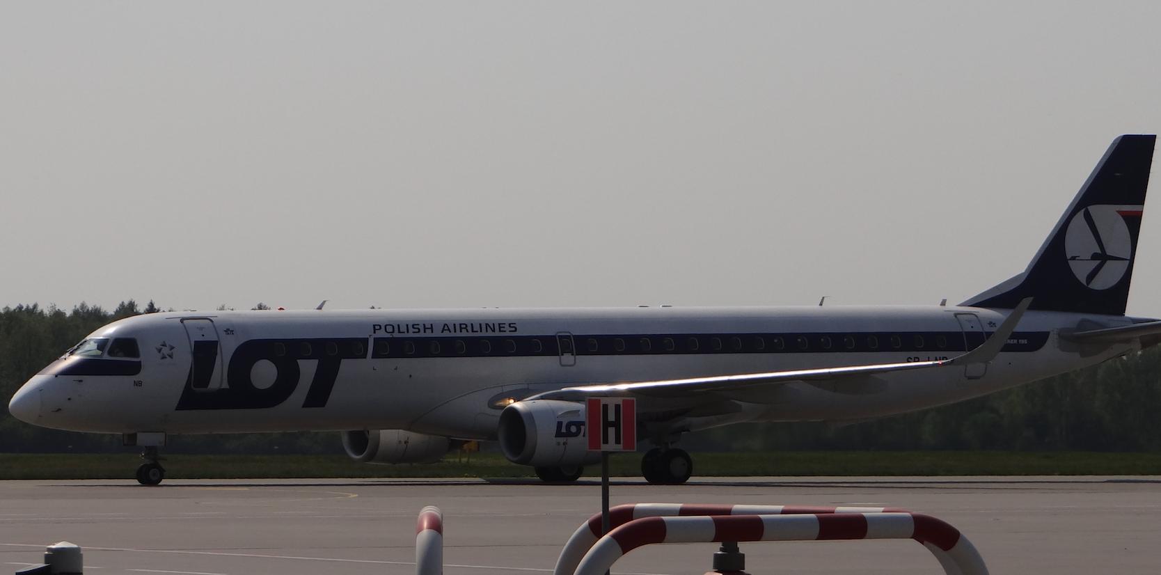 Lotnisko Strachowice. Embraer 190 rejestracja SP-LNB.2018 rok. Zdjęcie Karol Placha Hetman