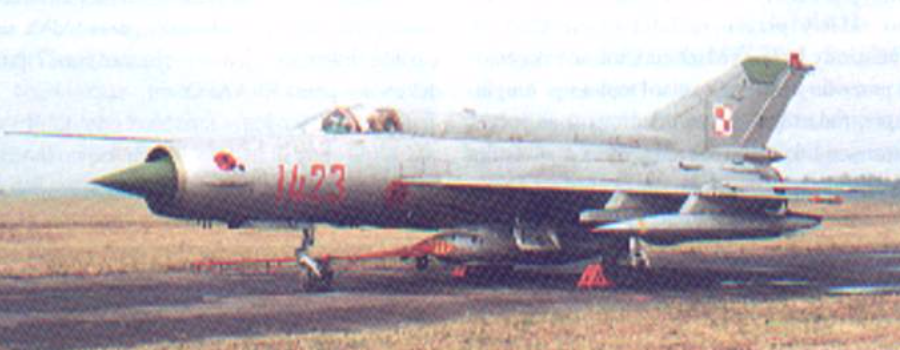 MiG-21 R nb 1423. 32 PLRTiA. Na kadłubie godło 2 Eskadry. Pod kadłubem zasobnik Typu D. Sochaczew. Około 1990 rok. Zdjęcie LAC
