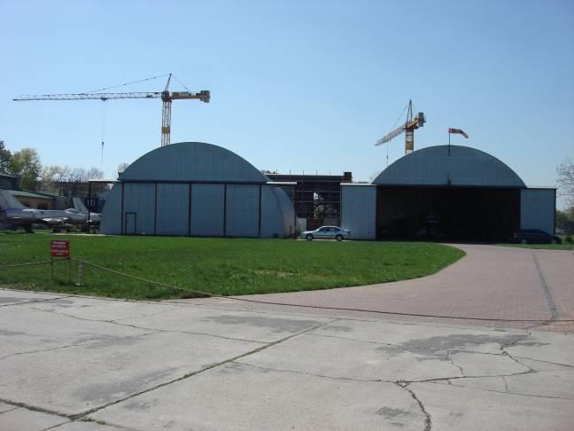 Hangary wykorzystywane przez śmigłowce Policyjne. Z tyłu budowa nowego obiektu. 2009r.