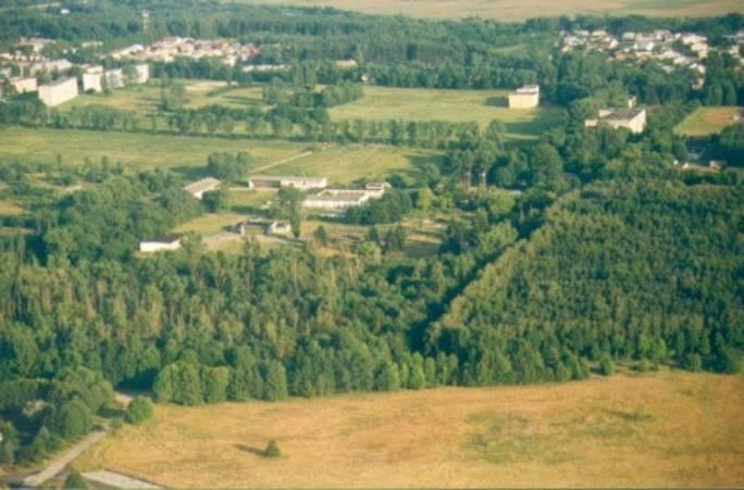 Widok na zaplecze Lotniska. W lewym górnym rogu widoczne osiedle oficerskie. 2005r.