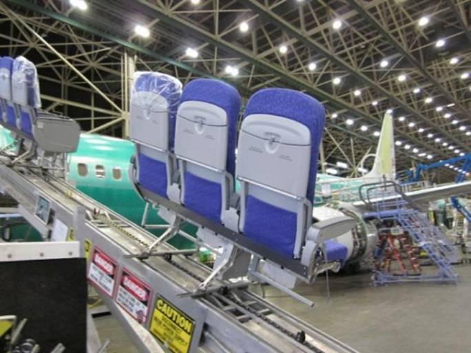 Fotele wjeżdżają na pokład. Renton 2011r.