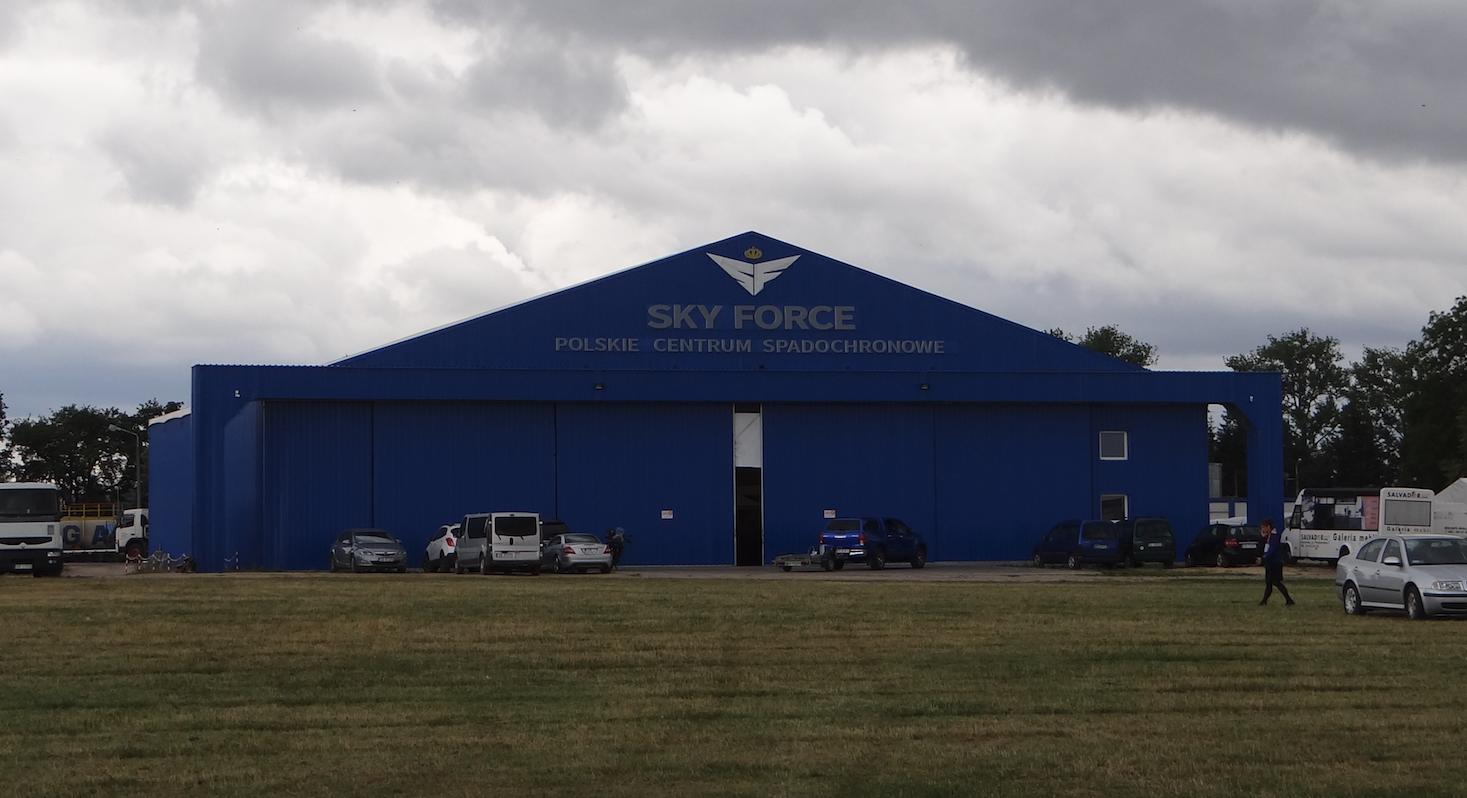 Lotnisko Piotrków Trybunalski. Hangar Sky Force Polskie Centrum Spadochronowe. Zdjęcie Karol Placha Hetman